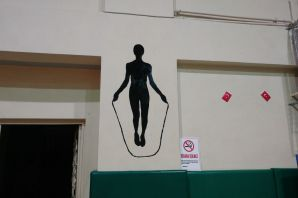 Öğretmenler tatili fırsat bildi, spor salonunu boyadı
