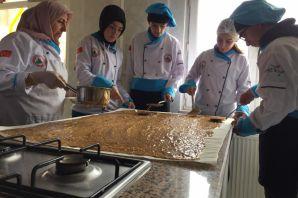 Öğrenciler pestil-köme yapmayı okulda öğreniyor