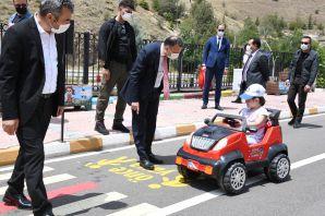 Anaokulu çocukları trafik dersinde