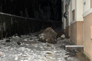 Gümüşhane'de dev kayalar apartmanın üzerine düştü