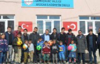 KYK öğrencilerinden köy okullarına ziyaret