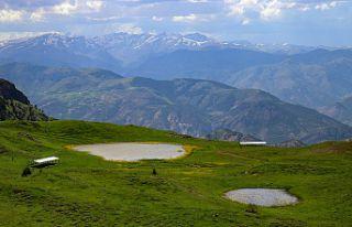 Adını efsaneden alan 'Dipsiz göl' büyülüyor...