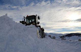 2 bin 200 metre rakımdaki köyün yolu zorlu çalışmalar...