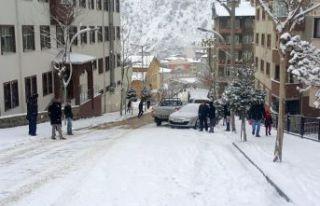 Kar yağdı 2 saatte 5 maddi hasarlı kaza meydana...