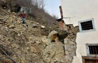 Gümüşhane'de dağdan kopan kayalar evin üzerine...