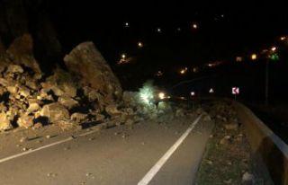 Tirebolu-Gümüşhane karayolu heyelan nedeniyle trafiğe...