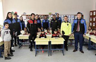 Gümüşhane'de öğretmenler polis üniformasıyla...