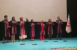 Mezuniyet töreninde işaret diliyle şarkı söylediler