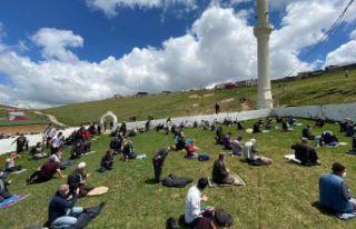 Kadırga'da üstü açık camide sosyal mesafeli...