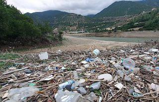 Barajın suları çekildi mahalle çöplerle başbaşa...