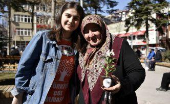 TEMA Vakfından kadınlar gününde 81 kadına 81 çiçek