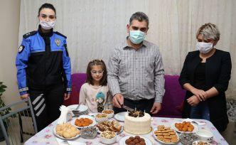 Polislerden acil servis hemşiresine doğum günü sürprizi