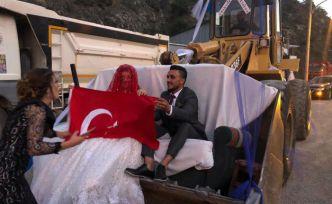 Torul'da dev 'kepçe' gelin arabası oldu