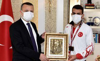 Katıldığı ilk uluslararası yarışmada Balkan Şampiyonu oldu
