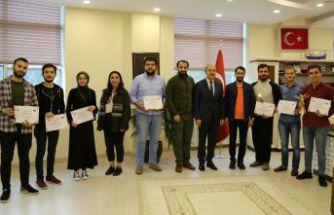 İletişim Fakültesi'nin ödüllü öğrencilerinden Rektör Zeybek'e ziyaret