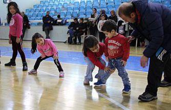 Öğrenciler ara tatilde spor yapıyor
