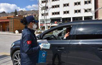 Gümüşhane Belediyesi vatandaşlara maske dağıttı