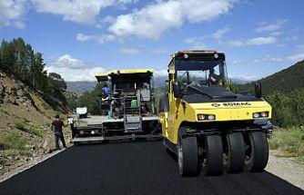 Gümüşhane köy yollarında 3 koldan asfalt çalışması yapılıyor