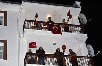 Saatler 19.19'u gösterdiğinde bayraklarla balkonlardayız