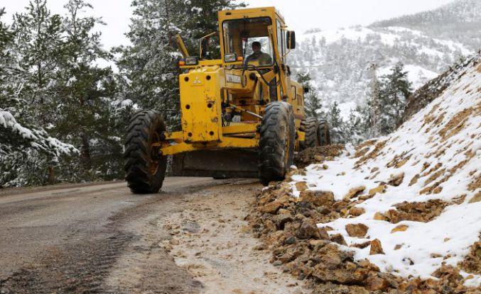 Gümüşhane köy yollarında karla mücadele bitti 'taşla' mücadele başladı
