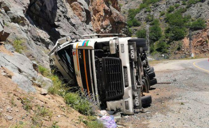 Azeri sürücünün kullandığı tır Zigana dağında yan yattı