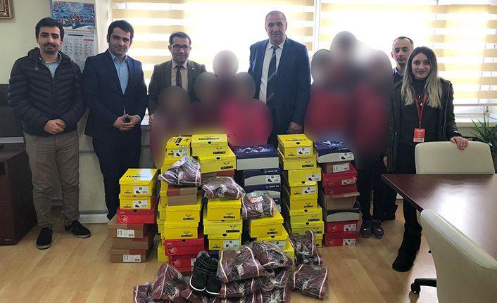 Bahçeşehir'li öğrencilerden kardeşlerine kışlık ayakkabı ve bot hediyesi