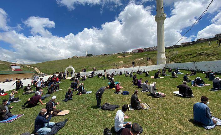 Kadırga'da üstü açık camide sosyal mesafeli Cuma namazı böyle kılındı