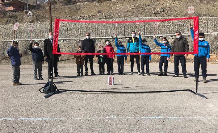 Köylerdeki çocuklar Badminton ile tanışıyor