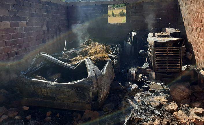Gümüşhane'de alev alan garajdaki 2 araç ve 2 ton odun küle döndü