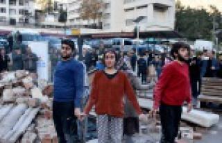 Deprem gerçeğine sokak tiyatrosuyla dikkat çektiler