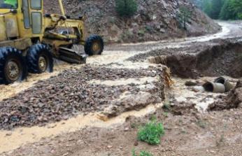 Gümüşhane'de şiddetli yağmur ve dolu köy yollarına zarar verdi