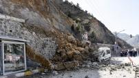 Gümüşhane Kayalar Park Halindeki Aracın Üzerine Düştü
