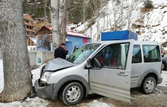 Gümüşhane-Tirebolu karayolunda seyreden aracın üzerine kaya düştü: 4 yaralı