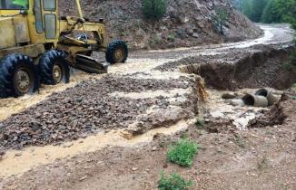 Gümüşhane'de yağmur ve dolu köy yollarında hasara neden oldu