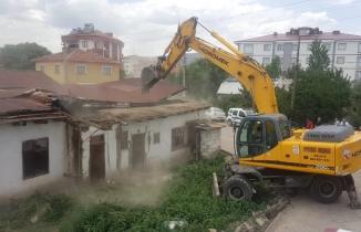 Kelkit'te metruk binalar yıkılıyor