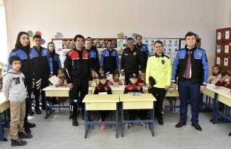 Gümüşhane'de öğretmenler polis üniformasıyla derse girdi