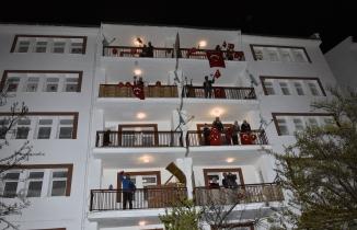 Gümüşhane'de binlerce kişi balkonlardan İstiklal Marşı'nı okudu