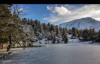 Buz tutan göle eşsiz günbatımı manzarasında ulaştılar