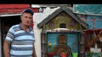 PTT emeklisi evinin bahçesini sanat galerisine dönüştürdü
